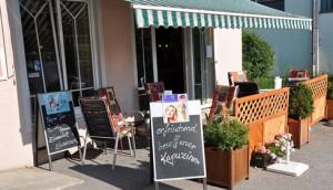 Bild des Gastgartens am Café-Eingang