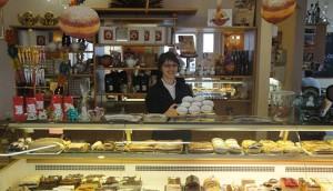 Bild Barbara Stöger beim Tortenverkauf