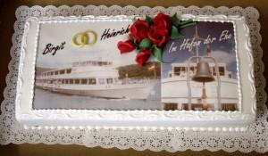 Hochzeitstorte mit Rosen und Fotos