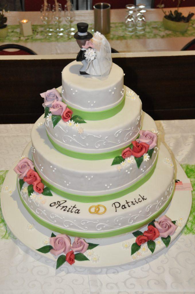 Torte zur Hochzeit mit Brautpaar
