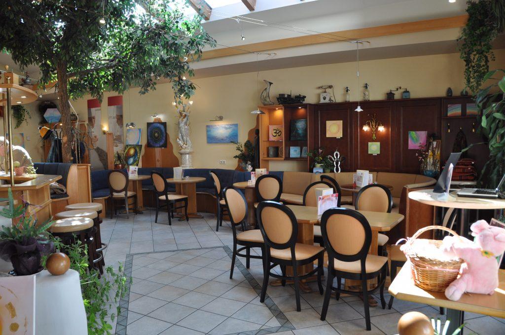 Cafehaus von Innen mit Tischen und Stühlen