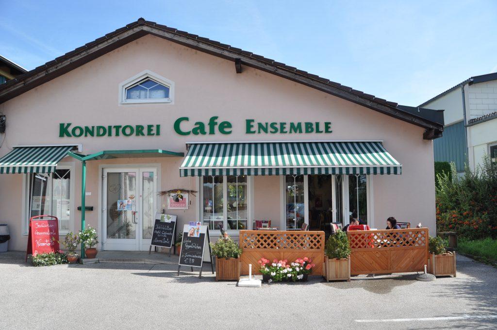 Cafehaus mit kleinem Gastgarten vorne