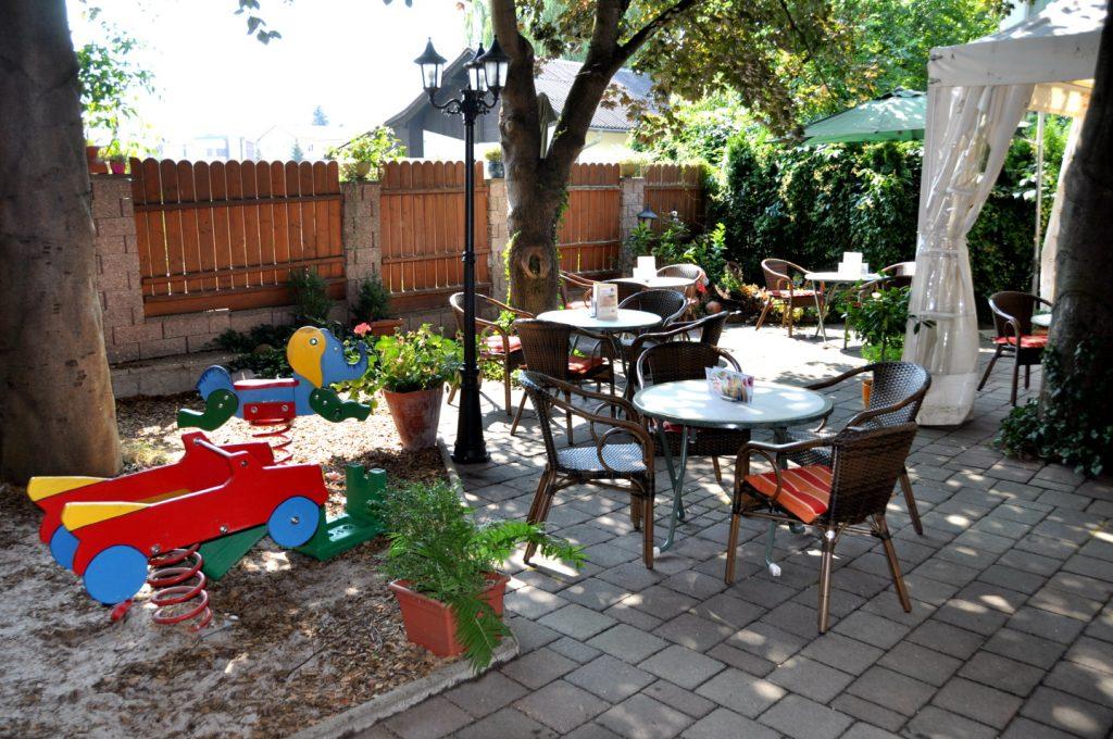 Gastgarten zum gemütlichen Hinsetzen mit Spielbereich für Kinder