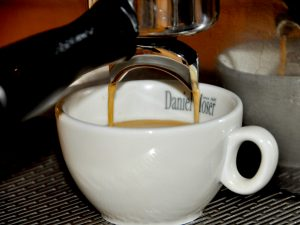 Kaffee rinnt in Tasse