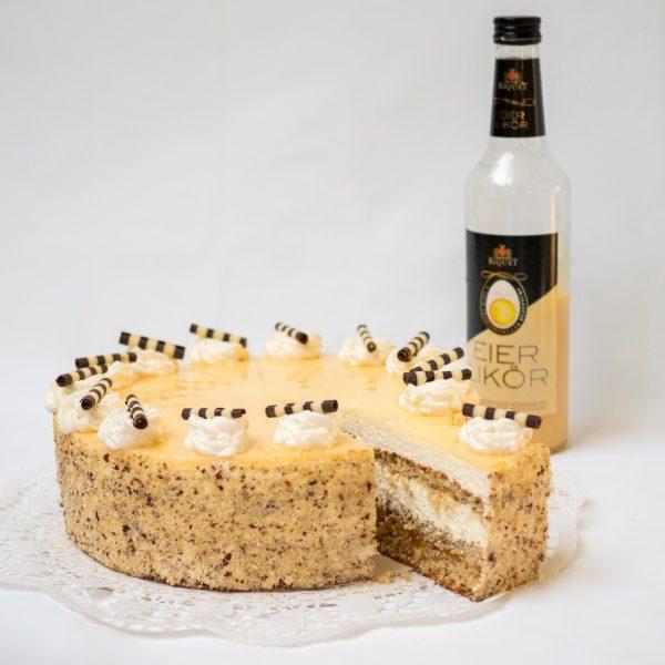 Aufgeschnittene Eierlikär Torte