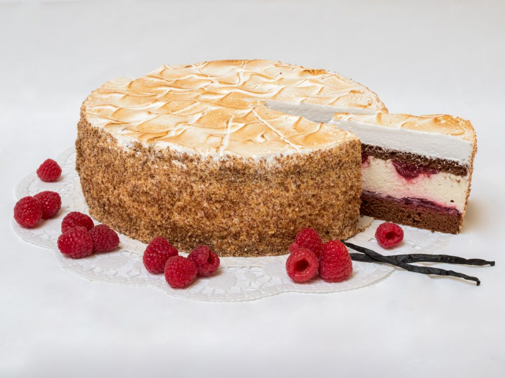 aufgeschnittene Himbeer-Vanille Torte
