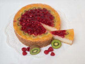 aufgeschnittene Topfen-Frucht Torte