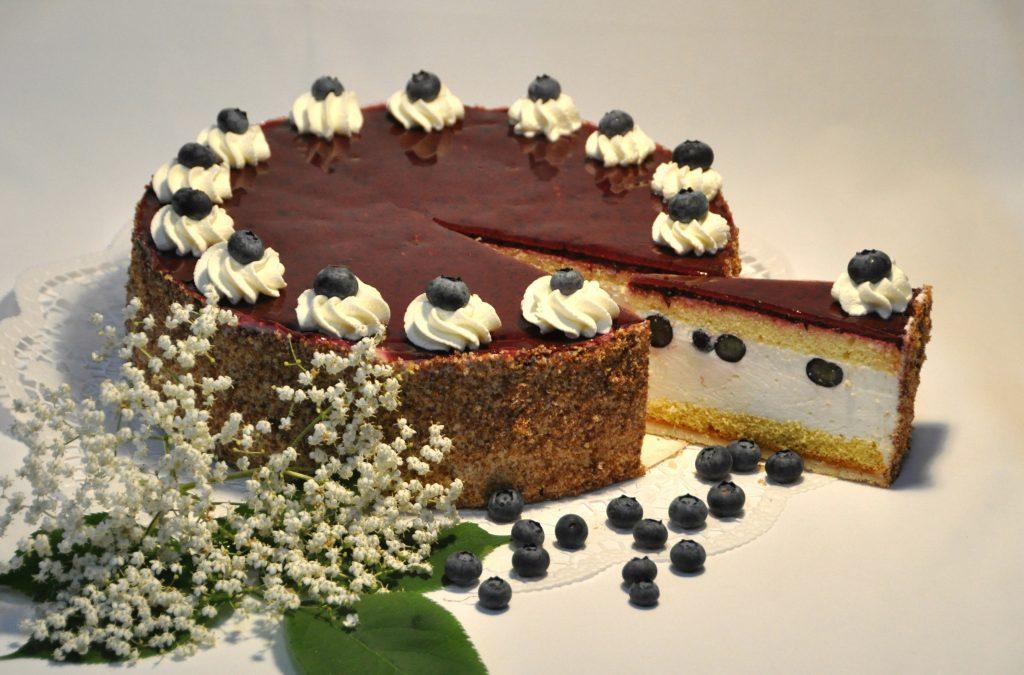 aufgeschnittene Heidelbeere-Holunder Torte