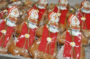 originelle Nikolausfiguren aus Lebkuchen, verpackt