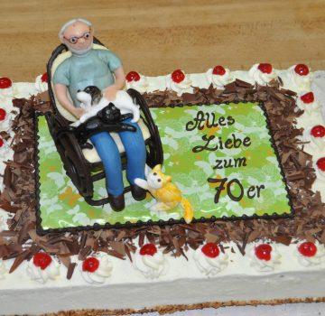 Geburtstagstorte mit Mann im Schaukelstuhl