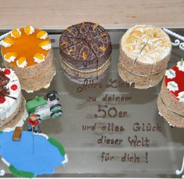 Geburtstagstorten auf Spiegel mit Schrift