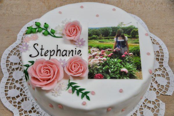 Geburtstagstorte mit Blumen und Foto