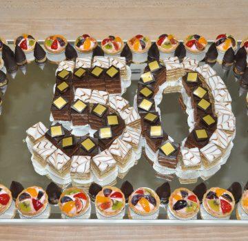 Geburtstagstorte aus kleinen Törtchen