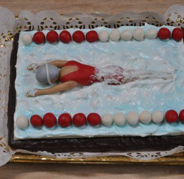 Schwimmerin auf Torte