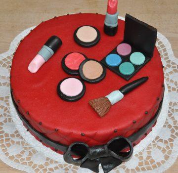 Schminkprodukte auf Geburtstagstorte