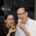 Herr Stöger und Leonore beim Krapfen essen