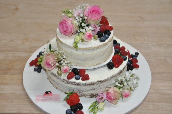 Hochzeitstorte mit echten Blumen und Früchten