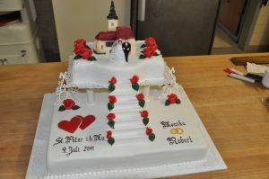 Hochzeitstorte mit Treppen und Kirche