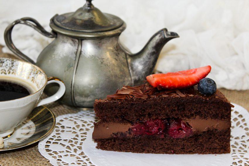 vegane Torte mit Kaffee und Kaffeekanne
