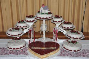 mehrstöckige Hochzeitstorten mit großem Herz und Kirche