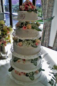 mehrstöckige Hochzeitstorte mit echten Blumen