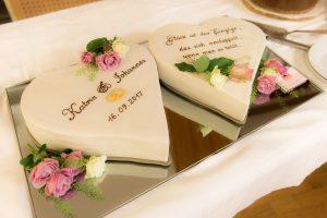 Hochzeits-Herze-Torten auf Spiegel